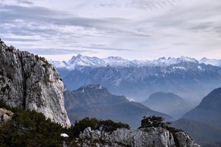 Schneebedeckte Berge der Alpen